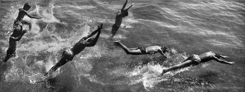 Ныряющие мальчики, 1954. Фотограф Гарольд Файнштейн