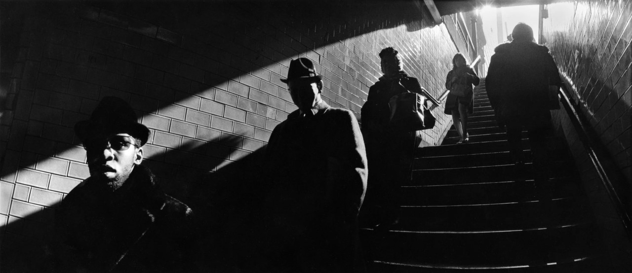 Поднимаясь по лестнице метро, 1970. Фотограф Гарольд Файнштейн