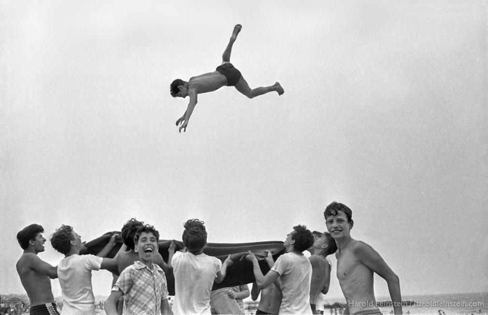 Прыжки на одеяле, 1955. Фотограф Гарольд Файнштейн