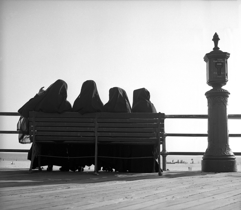 Четыре монахини на скамейке, 1947. Фотограф Гарольд Файнштейн