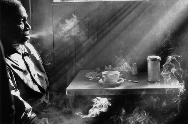 Мужчина курит в закусочной, 1974. Фотограф Гарольд Файнштейн