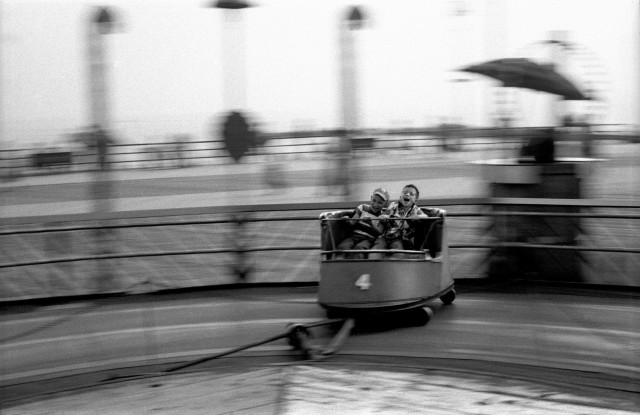 Дети катаются на атракционе, 1950. Фотограф Гарольд Файнштейн