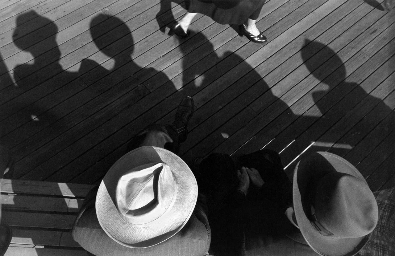 Наблюдение за девушками, 1953. Фотограф Гарольд Файнштейн