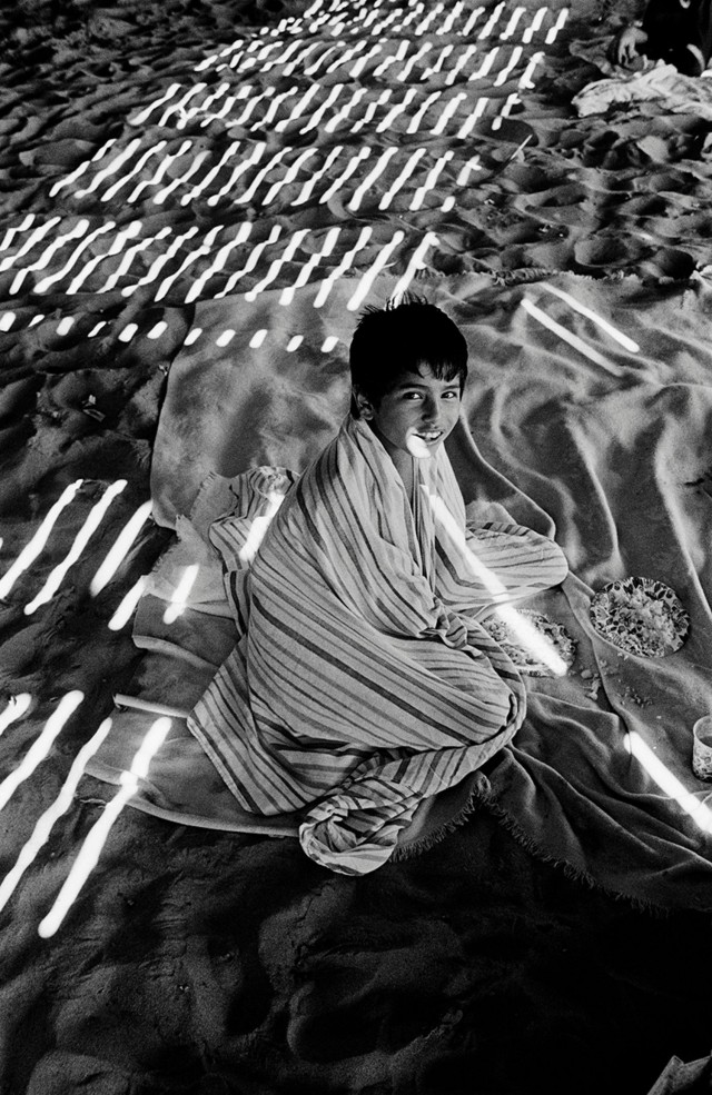 Мальчик под тротуаром, Кони-Айленд, 1977. Фотограф Гарольд Файнштейн