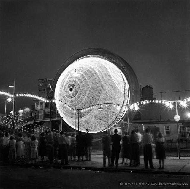 Наблюдая за гироскопом, 1946. Фотограф Гарольд Файнштейн