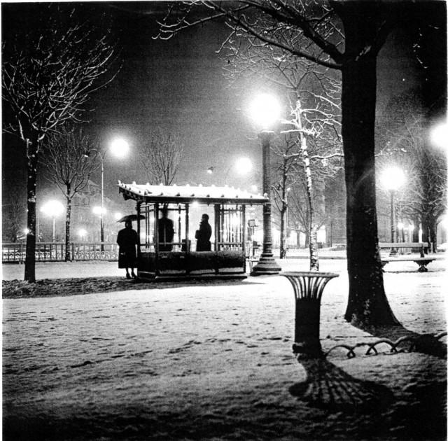 Автобусная остановка ночью, 1958. Фотограф Сабина Вайс