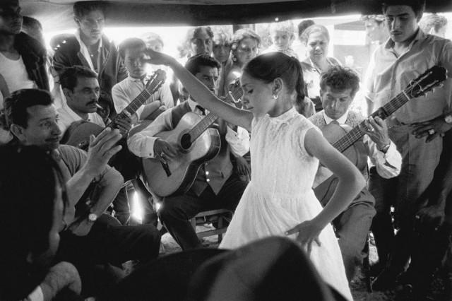 Маленькая цыганка, Сент-Мари-де-ла-Мер, Франция, 1954. Фотограф Сабина Вайс