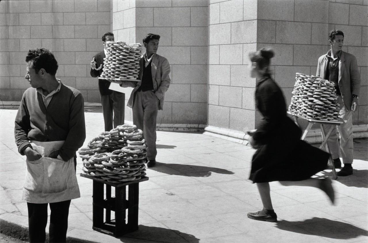 Продавцы хлеба, Афины, Греция, 1958. Фотограф Сабина Вайс