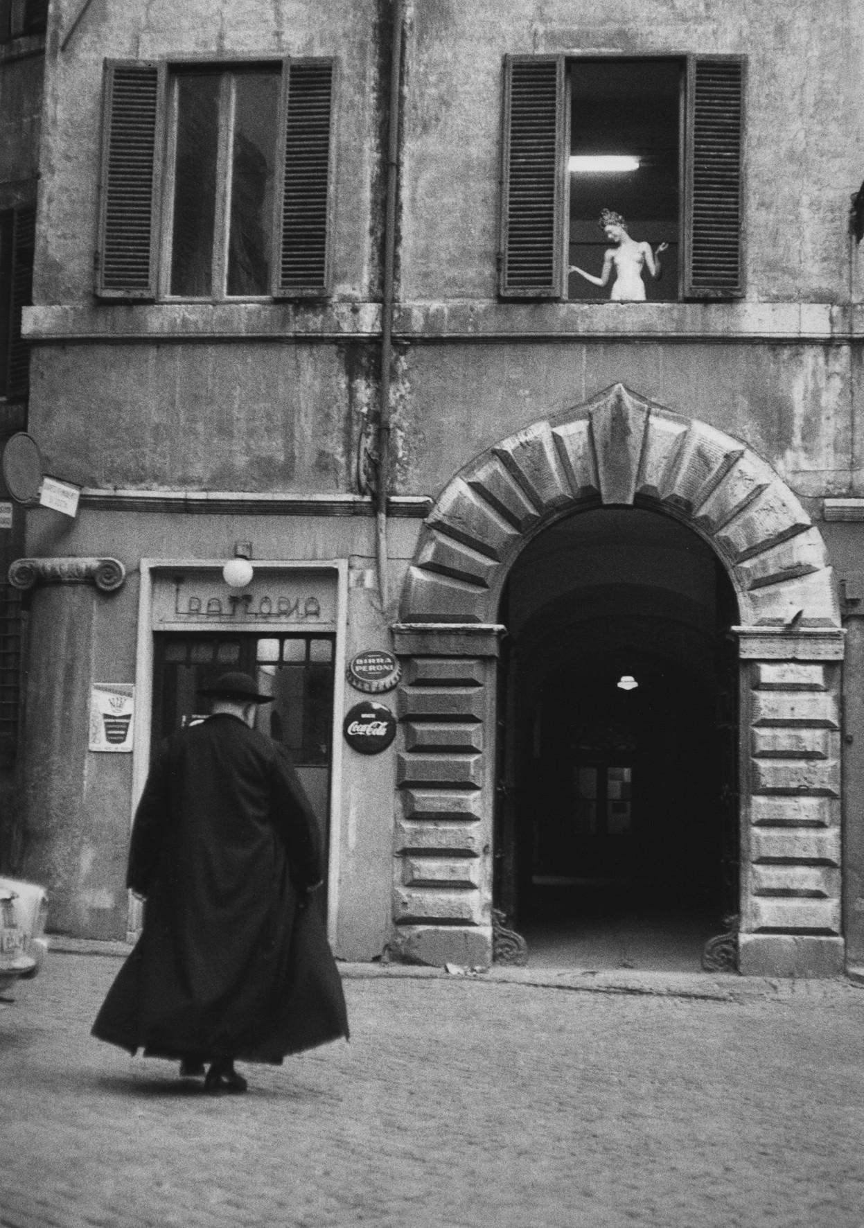 Священник перед тратторией, Рим, Италия, 1957