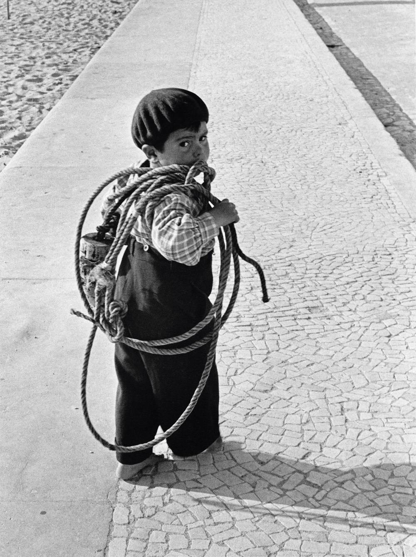 Ребенок, Назаре, Португалия, 1954. Фотограф Сабина Вайс