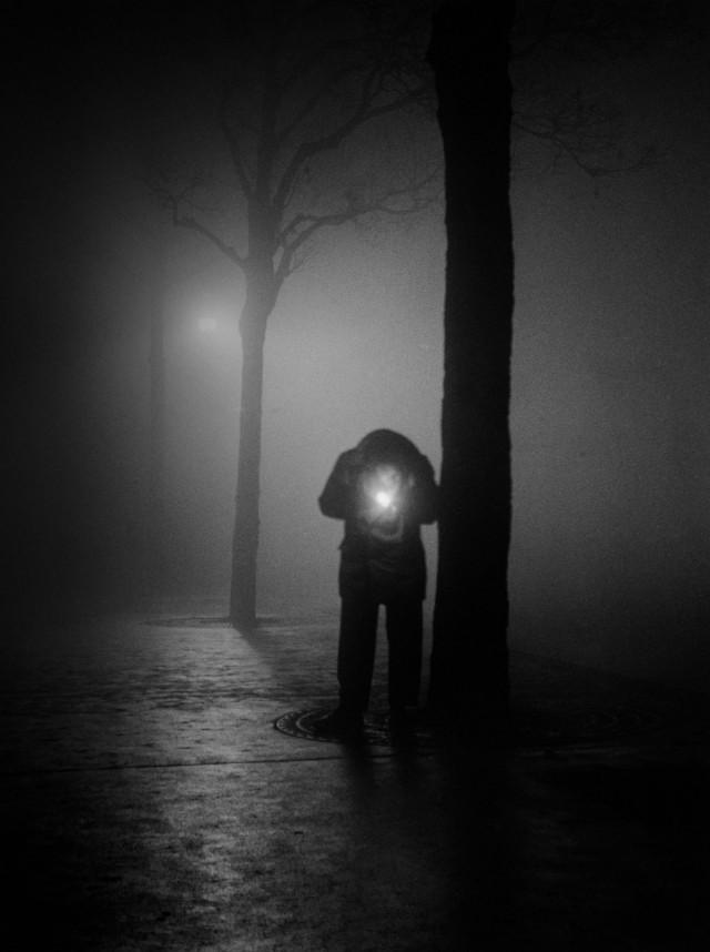 Прикуривающий парижанин, 1950. Фотограф Сабина Вайс