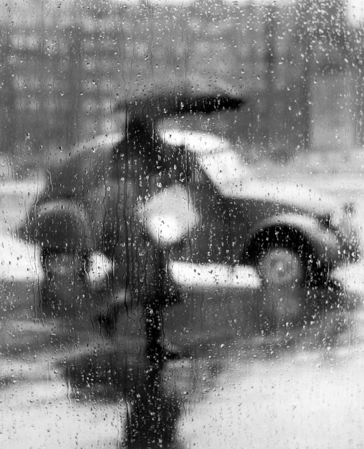 Под дождем, Париж, 1957. Фотограф Сабина Вайс