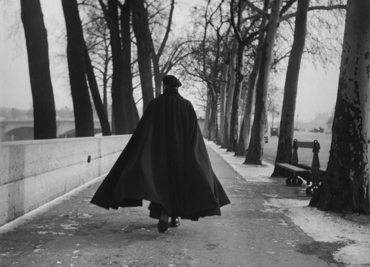 Мужчина в черном пальто, Париж, 1954. Фотограф Сабина Вайс