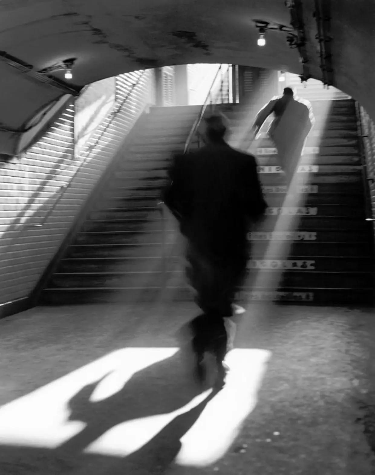Выход из метро, Париж, 1955. Фотограф Сабина Вайс