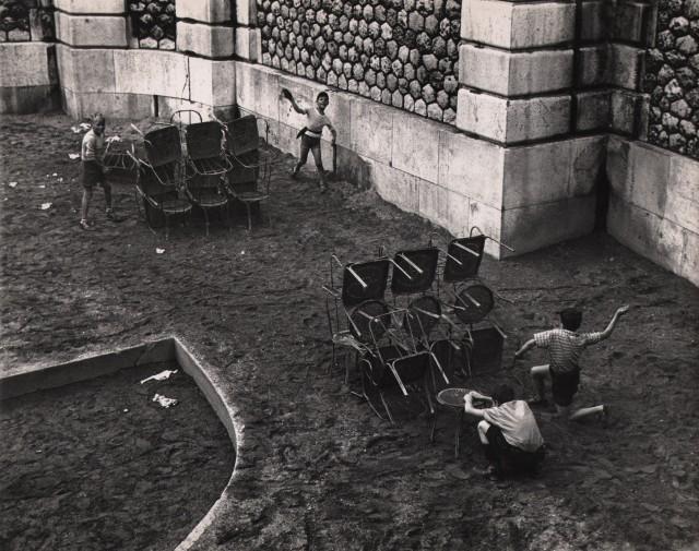 Битва у подножияя Сакре-Кёр, Париж, около 1950.  Фотограф Сабина Вайс
