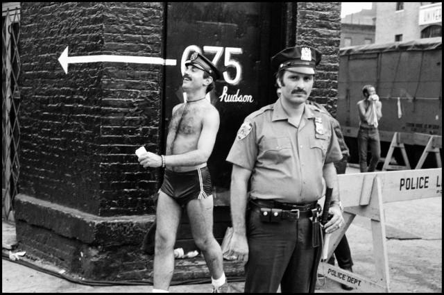 Полицейский на своем посту во время съемок фильма, Нью-Йорк, 1979. Фотограф Леонард Фрид