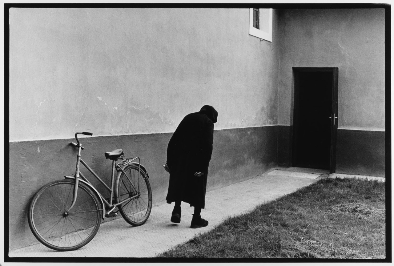 Старушка и велосипед Венгрия, 1984. Фотограф Леонард Фрид