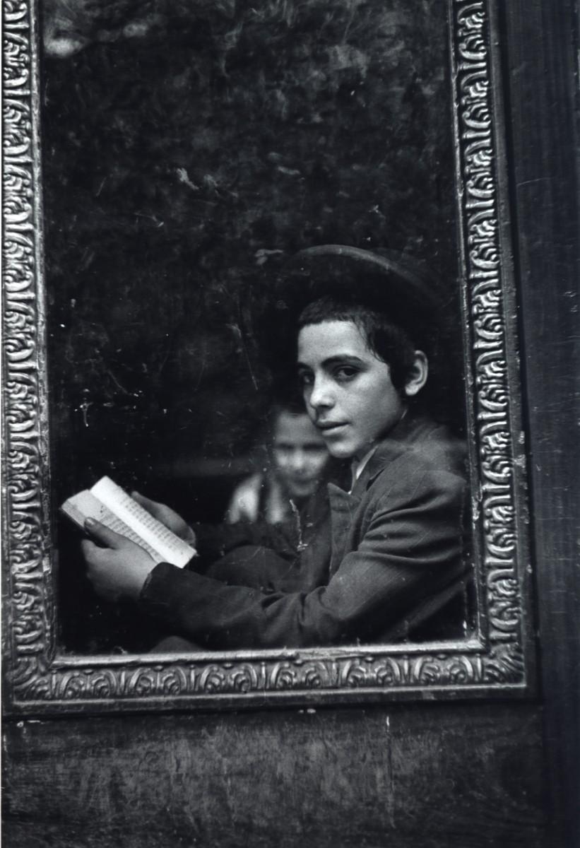 Ученик-хасид на пороге школы, Нью-Йорк, Нью-Йорк, 1954. Фотограф Леонард Фрид