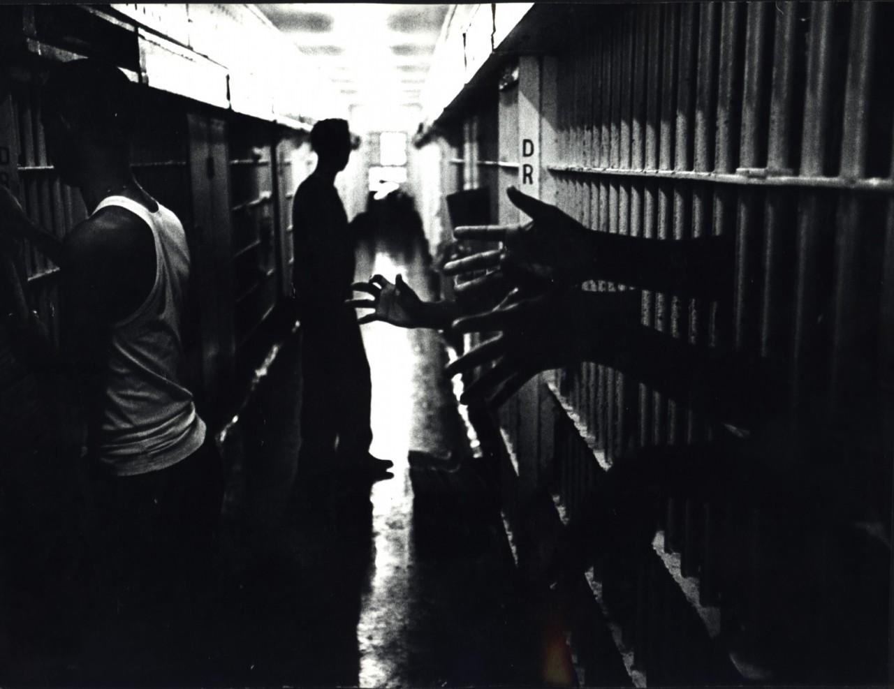 Заключенные протягивают руки из своих камер, Новый Орлеан, Лос-Анджелес, 1965. Фотограф Леонард Фрид