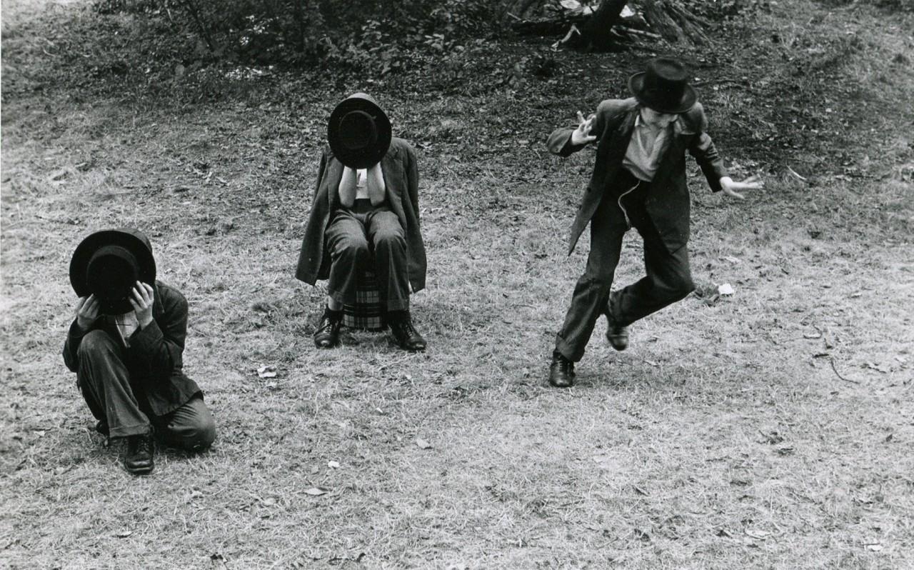 Мальчики-хасиды закрывают лицо шляпами, а один из них пытается сбежать, потому что фотографирование противоречит религиозному закону, Бруклин, Нью-Йорк, 1954. Фотограф Леонард Фрид
