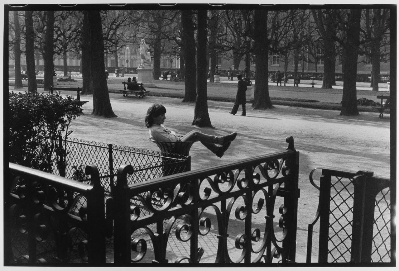 Женщина в мусорном баке, Париж, Франция, 1985. Фотограф Леонард Фрид