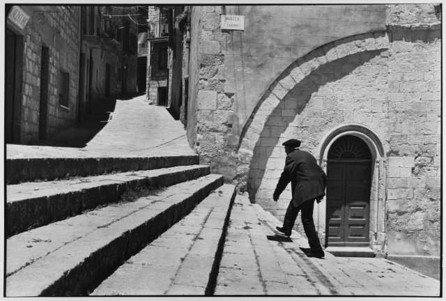 Мужчина поднимается по лестнице, Сицилия, Италия, 1974. Фотограф Леонард Фрид
