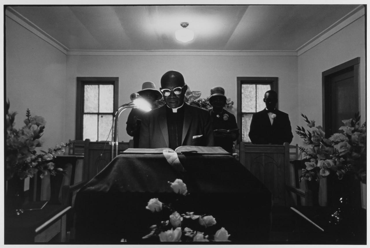 Пастор читает из Библии, Остров Джона, Южная Каролина, 1965. Фотограф Леонард Фрид