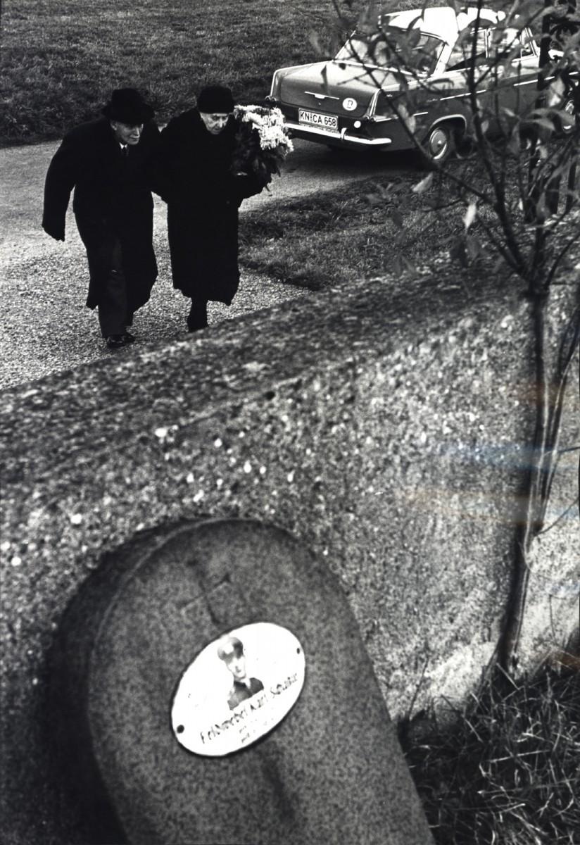 Пожилые родители несут цветы к могиле своего сына, погибшего во время Второй мировой войны, Западная Германия, 1965. Фотограф Леонард Фрид