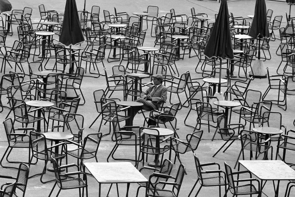 Ожидание в аэропорту, Амстердам, 1964. Фотограф Леонард Фрид
