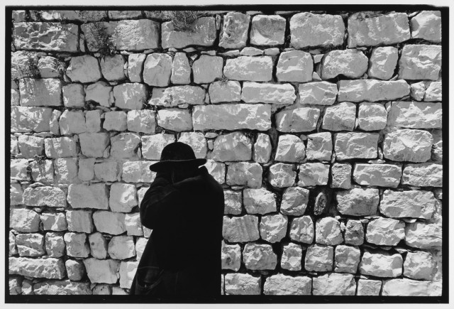 Черное пальто, белая стена, Иерусалим, Израиль, 1967. Фотограф Леонард Фрид