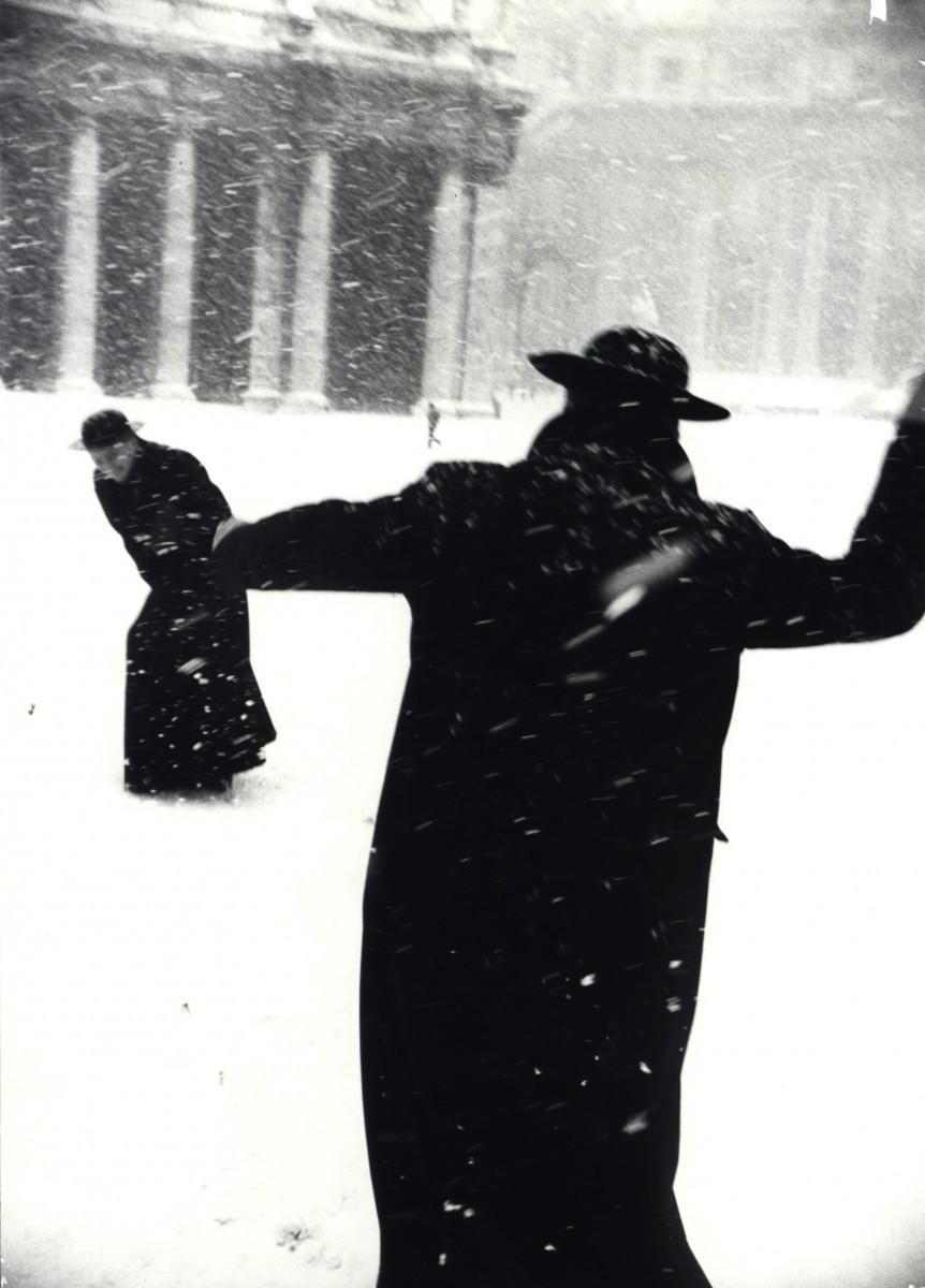 Священники устраивают снежный бой на площади Святого Петра в Риме во время продолжающегося несколько часов снегопада, Италия, 1958. Фотограф Леонард Фрид
