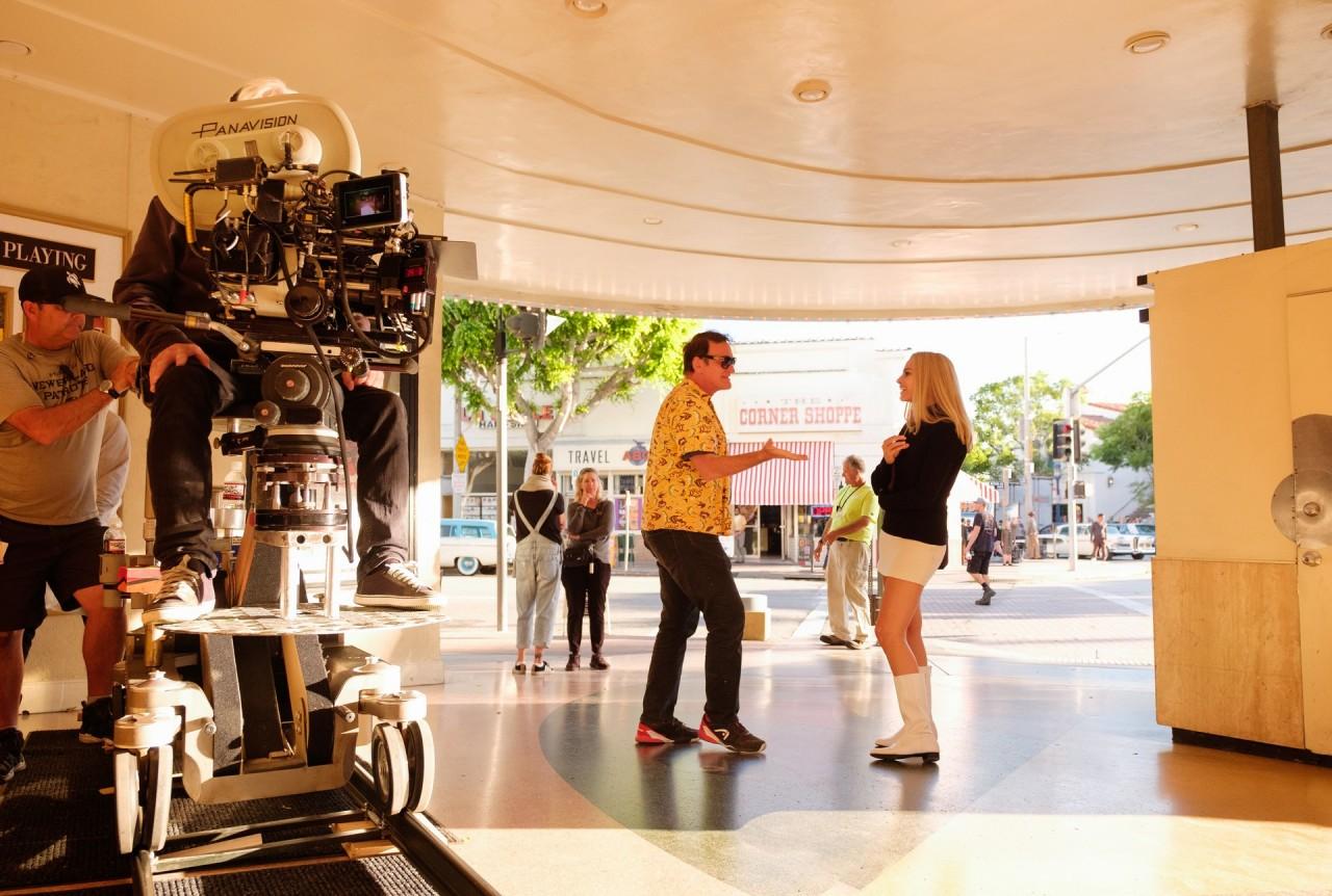 Квентин Тарантино и Марго Роббина съёмках фильма «Однажды в Голливуде», 2019