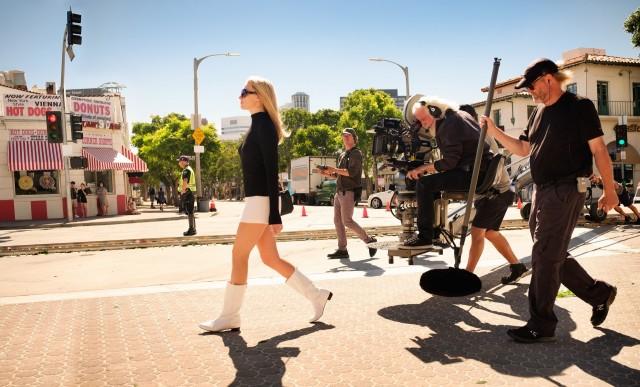 Оператор Роберт Ричардсон и Марго Робби на съёмках фильма «Однажды в Голливуде», 2019