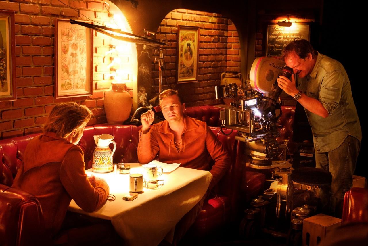 Брэд Питт, Леонардо Ди Каприо и Квентин Тарантино на съёмках фильма «Однажды в Голливуде», 2019
