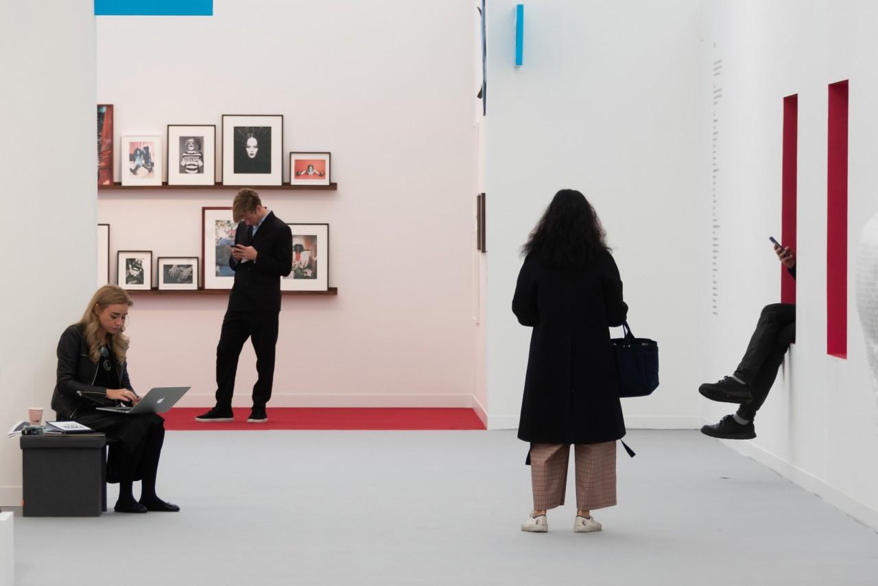 «На выставке современного искусства». Фотограф Нильс Йоргенсен