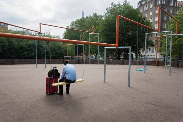 Взрослый на детской площадке. Фотограф Нильс Йоргенсен