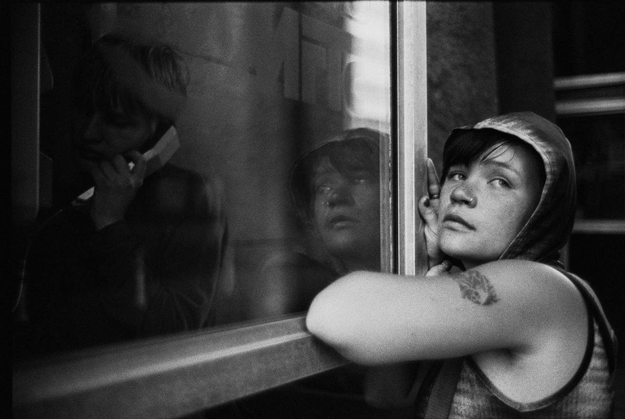 «У телефонной будки». Москва, 1999.