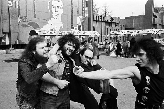 Музыканты группы «Тяжёлый день» и Анатолий Крупнов, Свердловск, 1988. Фотограф Игорь Мухин