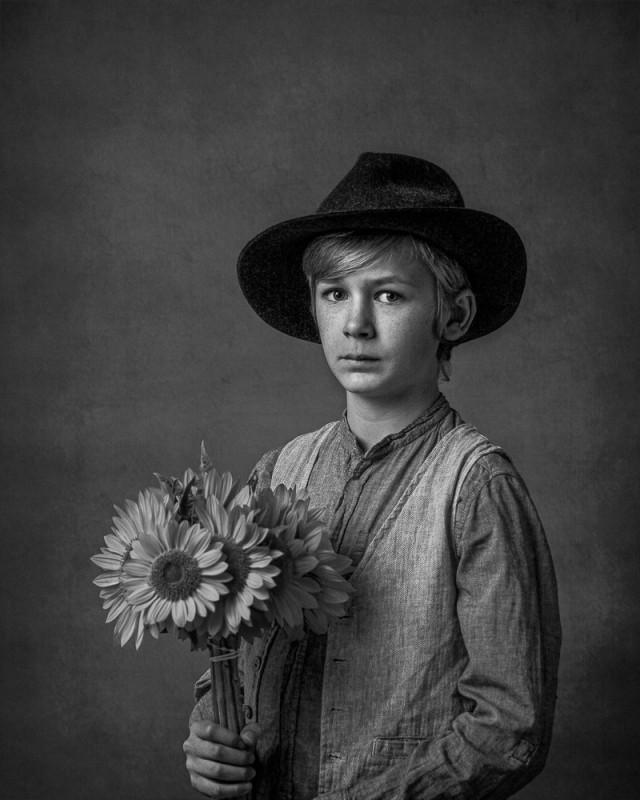 Почётное упоминание в категории «Портрет» среди любителей, 2020. «Подсолнухи». Автор Нолвенн Пуги