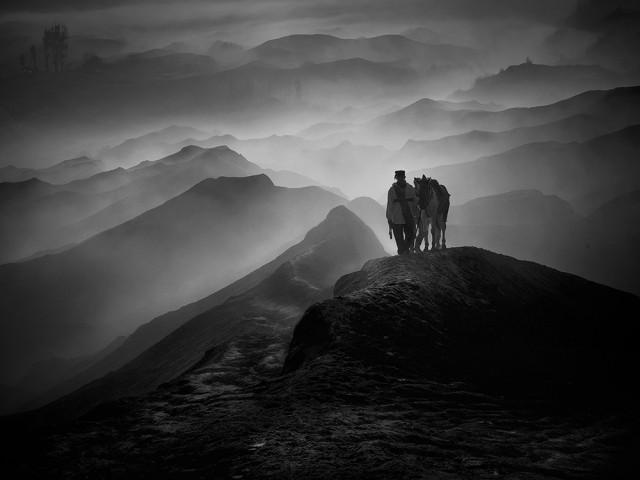 1-е место в категории «Пейзаж» среди профессионалов, 2020. Человек с лошадью на горе Бромо, Индонезия. Автор Руди Оэй