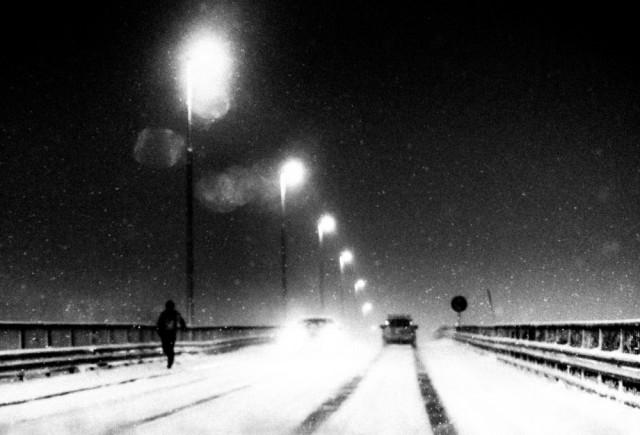 Почётное упоминание в категории «Абстракция» среди любителей, 2020. Снегопад ранним февральским утром на мосту в Норвегии. Автор Стефани Кляйманн