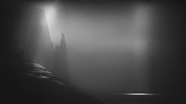 1-е место в категории «Пейзаж» среди любителей и премия «Монохромное открытие года» 2019. «Ведьмин пелец». Фарерские острова. Автор Хоу Хуибо
