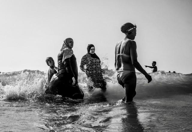 1-е место в категории «Улица» среди профессионалов, Monochrome Awards 2018. Ислам, христианство и иудаизм встретились на пляже Яффы, Израиль. Фотограф Гай Алони.