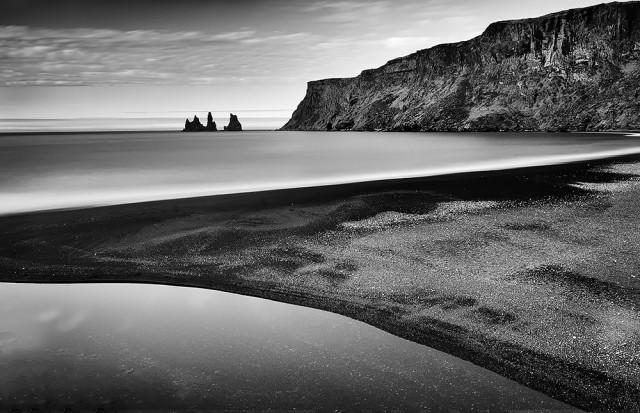 2-е место в категории «Пейзажи» среди профессионалов, Monochrome Awards 2018. Пляж с чёрным песком Рейнисфьяра (пляж Вик), Исландия. Фотограф Дэвид Розен