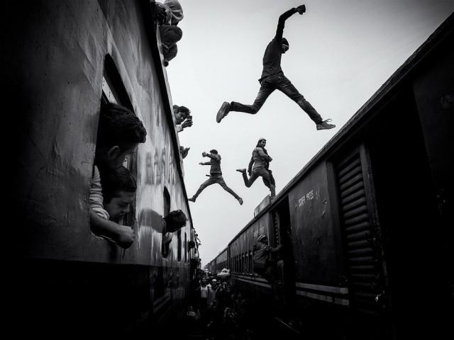 1-е место в категории «Фотожурналистика» среди любителей, Monochrome Awards 2018. Прыгающие на поездах, Бангладеш. Фотограф Марсель Ребро