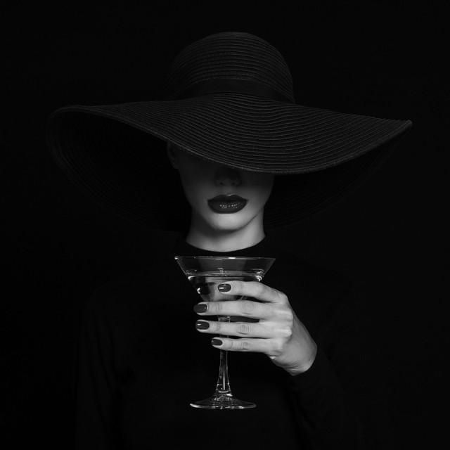 2 место в категории «Мода и красота» среди профессионалов, Monochrome Awards 2018. Бокал мартини. Фотограф Рефат Мамутов