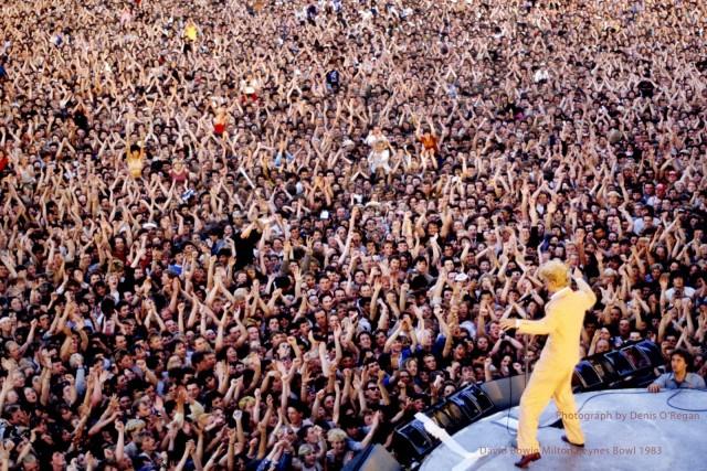 Выступление Дэвида Боуи в  Милтон-Кинс (Англия) в июле 1983 года. Снимок сделан перед аудиторией в 65 000 человек. Фотограф Дэнис О'Риган