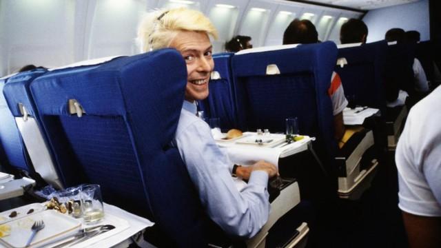 У Дэвида Боуи была жуткая аэрофобия. Когда встал вопрос его первого тура, он решил, что летать необходимо и поборол страх. Фотограф Дэнис О'Риган
