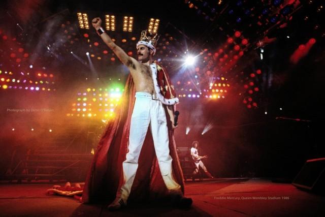 Фредди Меркьюри во время финала шоу Magic Tour 1986 года на стадионе Уэмбли. Снимок появился во всех журналах мира и был изображен на памятной почтовой марке Queen. Фотограф Дэнис О'Риган