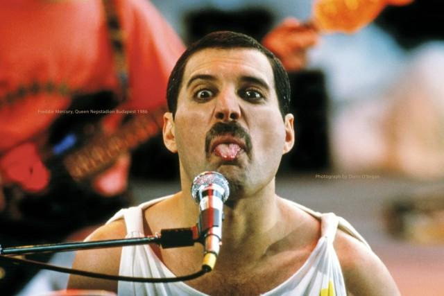 Выступление Queen в Будапеште, 1986 год. Фредди мог спонтанно пошутить даже при очень большой аудитории. Фотограф Дэнис О'Риган